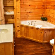 The luxurious jacuzzi tub in the Red Fox Log Home Master Bathroom